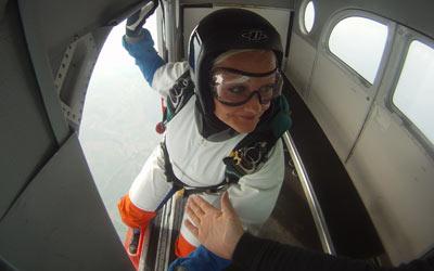 Solo-Fallschirmspringerin vor dem Absprung