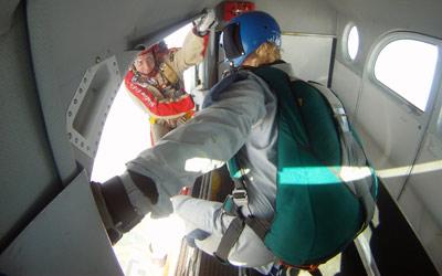 Fallschirmschüler bereit zum Absprung