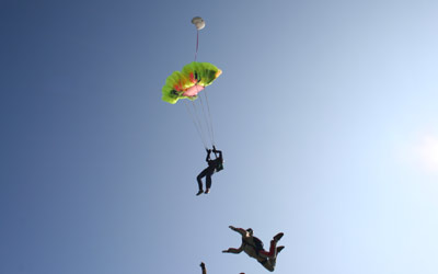 Fallschirmschüler bei Schirmöffnung