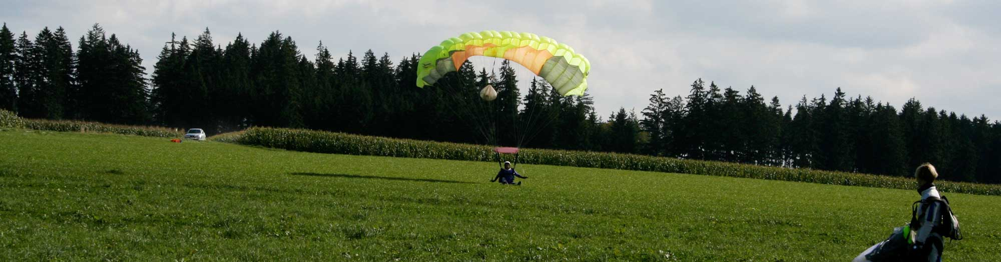 Fallschirmspringerin bei der Landung