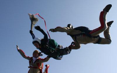 Fallschirmschüler zieht Fallschirm