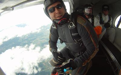 Lizensierter Fallschirmspringer beim Absprung