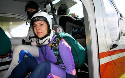 Fallschirmspringerin bereit zur Prüfung