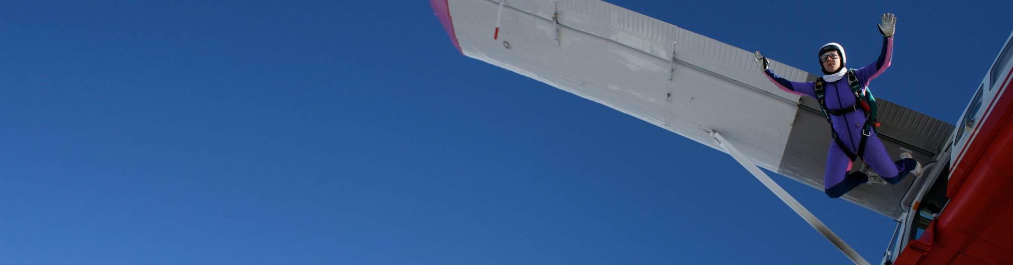 Fallschirmspringer beim Absprung