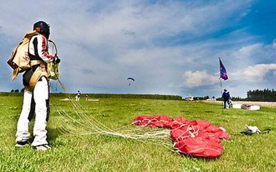 Fallschirmspringer mit Gurtzeug