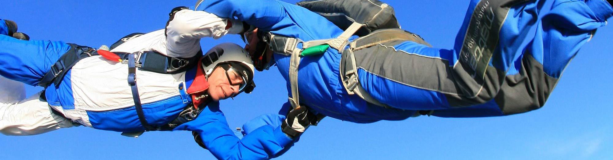 Kontakt beim Fallschirmspringen